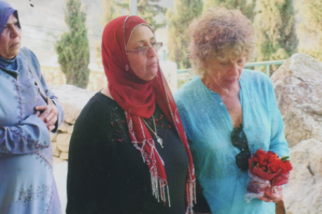 Halprin with Druze woman who participated her the Walk for Peace, near Jerusalem